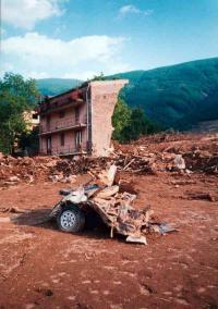 Quartiere casamanzi a Quindici con casa distrutta e (!) Mitsubishi Pajero ...